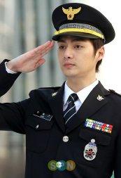 Kim-Joon-as-Shin-Dong-jin-crime-squad-EA-B0-95-EB-A0-A5-EB-B0-98-kangryukban-30701605-480-704